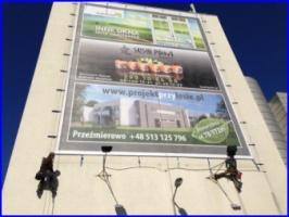 Montaż reklamy wielkoformatowej w Poznaniu, prace na wysokości. Montujemy reklamę winylową wielkoformatową.
